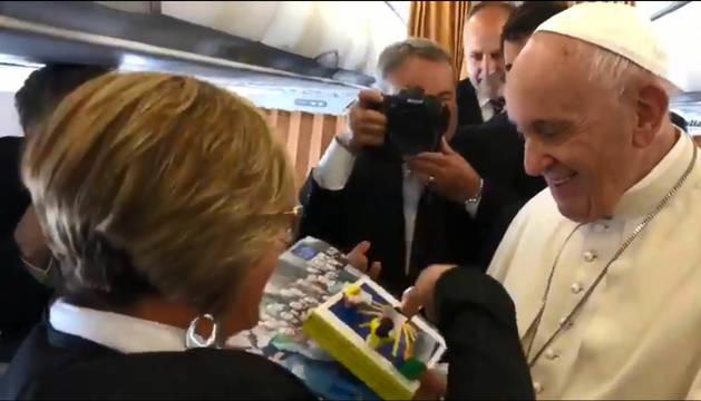 El Papa Francisco recibió ayer de la mano de la periodista Eva Fernández la invitación para  que visite Navarra en 2021.