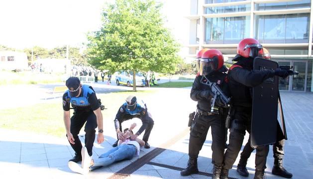 Fotos del simulacro de atentado en la Biblioteca de Navarra