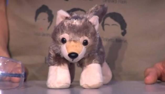 'Los Lobos' reciben un regalo del 'señor del sombrero' de '¡Ahora caigo!'