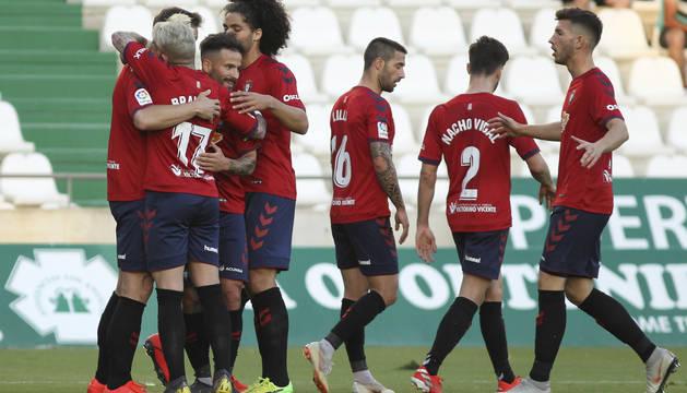 Los jugadores de Osasuna celebran uno de sus tres goles.