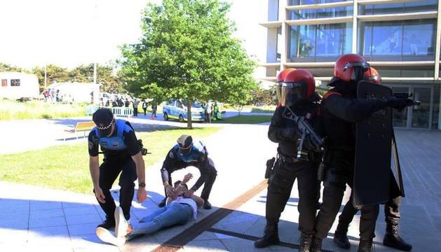 El Colegio Oficial de Enfermería de Navarra ha organizado el simulacro de atentado en la Biblioteca de Navarra.