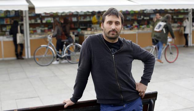 Foto del presidente de la Asociación de libreros de Navarra Diego de Haro, Germán Esparza Larramendi, esta semana en la plaza del Castillo donde se celebra la Feria del Libro.