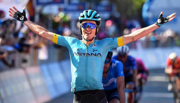 Pello Bilbao celebra la victoria en la penúltima etapa del Giro 2019.