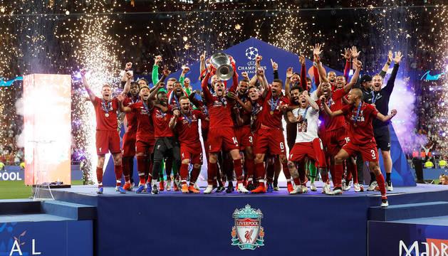 Los jugadores del Liverpool levantan la Copa de Europa tras vencer en la final al Tottenham por 2-0
