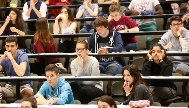 Estudiantes, ante el primer examen de la EvAU del año pasado en el Aula 08 de la UPNA. Las mujeres vuelven a ser mayoría y suponen el 58% de los alumnos.