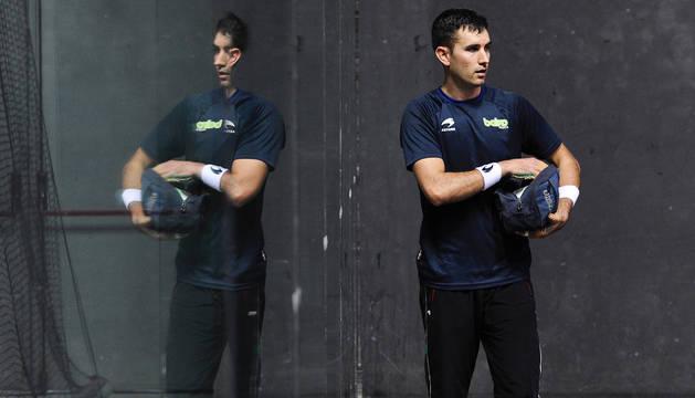 Mikel Urrutikoetxea, reflejado en el rebote de cristal del frontón Bizkaia. Allí jugará el próximo domingo contra Iker Irribarria por la txapela del mano a mano.