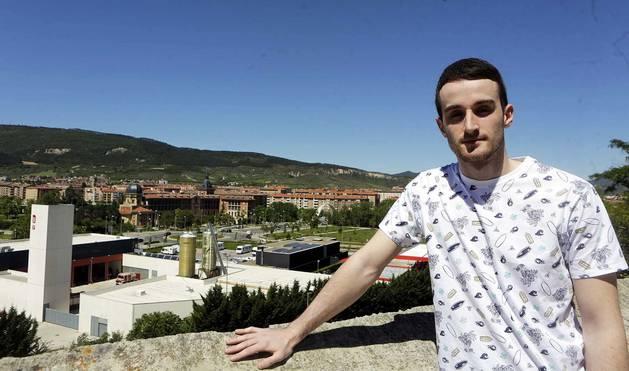 Iñigo Barricart, posando junto a las instalaciones de Anaitasuna con San Cristóbal y parte de Pamplona a su espalda.