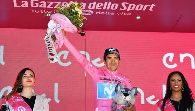 Richard Carapaz en un podio de una de las etapas del Giro de Italia 2019, con la maglia rosa.