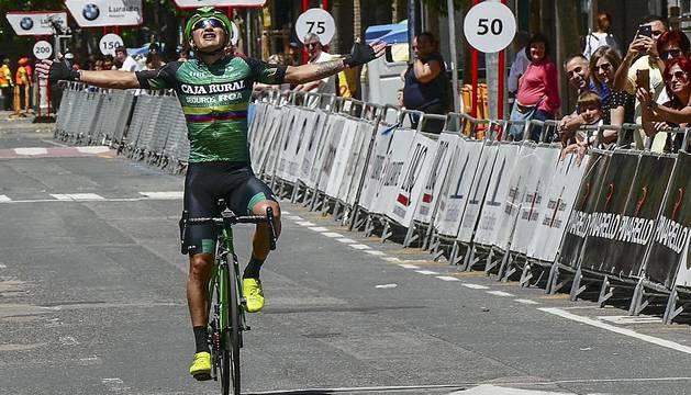 Jefferson Cepeda celebra la victoria de la quinta etapa de la Vuelta a Navarra en la meta de Estella.