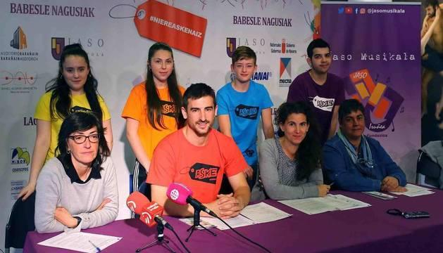 Idoia Illarramendi, directora de Jaso Ikastola; los profesores Imanol Janices, Irantzu Zabalza y Nerea Martínez; y algunos de los alumnos del centro.