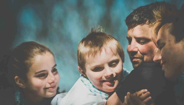 Javier Inchusta e Izaskun Adot, con sus dos hijos, Ainhoa y Ionan, con Síndrome de Down y West. La foto, que forma parte del libro 'Lo mejor de mí' fue tomada en 2015, cuando los niños tenían 13 y 9 años.