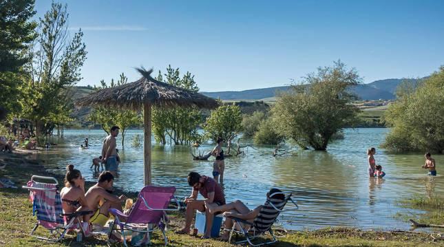 Foto de bañistas en la zona de baño del pantano de Alloz en Lerate, este pasado domingo.