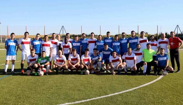 Foto de familia de los semifinalistas de Fútbol 7. Pasaron MTorres y SAS Automotive.
