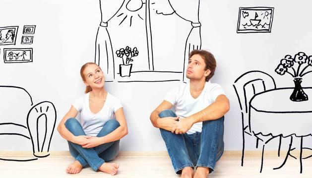 Imagen de dos jóvenes que acaban de mudarse a una nueva vivienda.