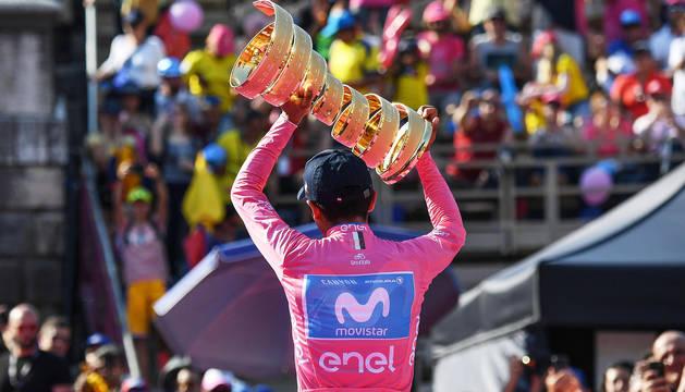 Richard Carapaz alza el trofeo tras imponerse en el Giro de Italia 2019.