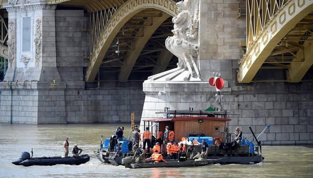 Foto de miembros de un equipo de rescate buscan los restos de las víctimas del naufragio del pasado miércoles en Budapest