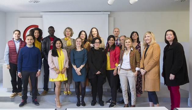 foto de Emprendedores y mentores participantes en el programa Entryway junto con representantes del Servicio Navarro de Empleo y Eva Fontecha, responsable del proyecto de la Cámara de Comercio de Navarra.