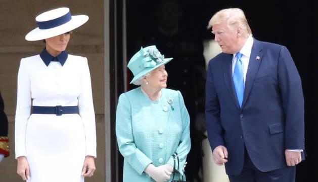 foto de  Isabel II ha recibido en el Palacio de Buckingham al presidente de Estados Unidos, Donald Trump, a su mujer Melania