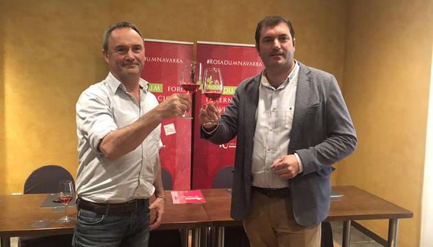 foto de Juanma Intxaurrandieta, gerente de INTIA, y David Palacios, Presidente de la D.O. Navarra, brindan con un rosado de Navarra.