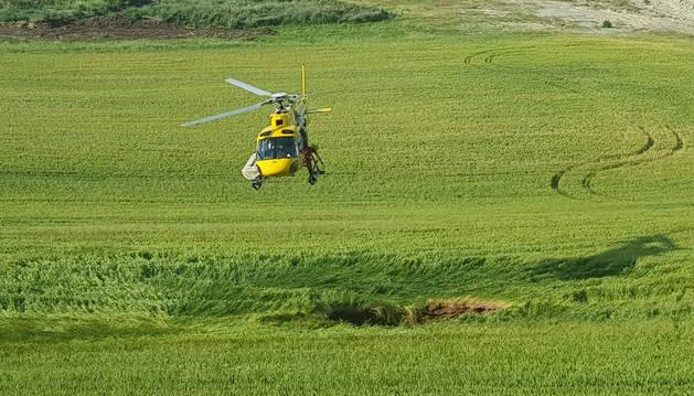 El helicóptero del Gobierno de Navarra, sobre el socavón aparecido en el campo de cereal de Esparza de Galar.