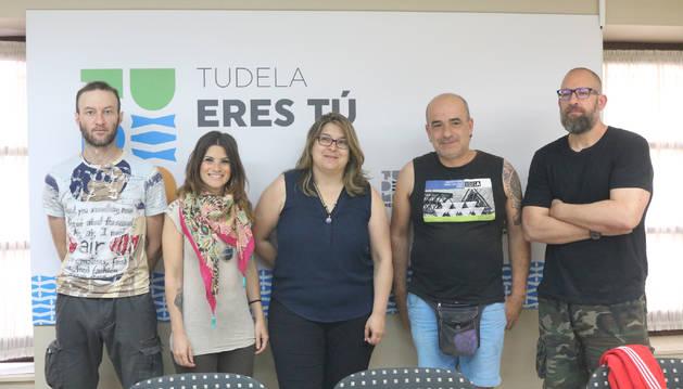 De izquierda a derecha, Luis Gil (Animacción), María Pinilla (Los Animales de Radagast), la edil en funciones Olga Risueño, Yus Casajús (Refugio de Animales Muskaria)  y Luis Colino (Asociación Adopta Navarra).