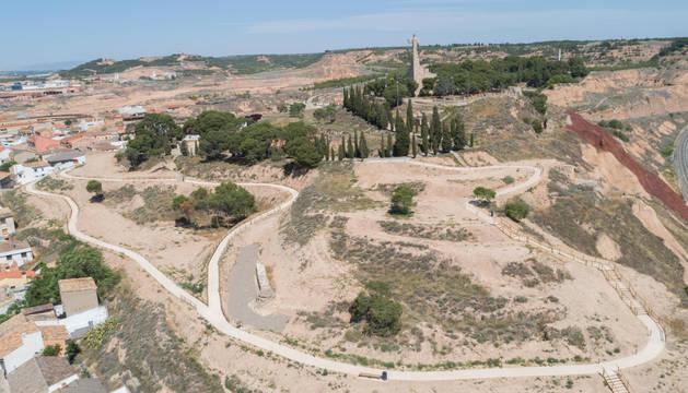 Imagen del cerro de Santa Bárbara, con el monumento del Corazón de Jesús en lo alto, y la red de nuevos caminos que se ha hecho en una de las laderas.