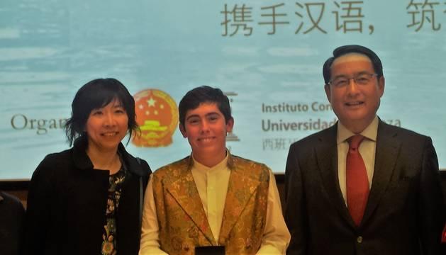 Carlos Soria Elizalde (en el centro, con chaleco) posa con su profesora de chino, Mónica Yu,  y el embajador de China en España.