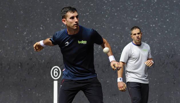 Mikel Urrutikoetxea y Aimar Olaizola entrenando en el frontón Bizkaia.