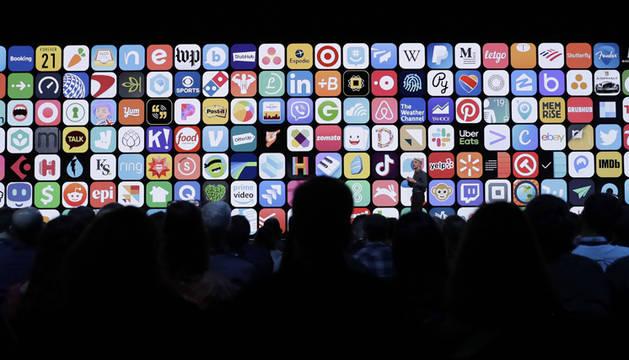 Craig Federighi, vicepresidente Senior de Ingeniería de Software en Apple, habla sobre Mac OS Catalina durante el discurso de apertura en la Conferencia Mundial de Desarrolladores de Apple