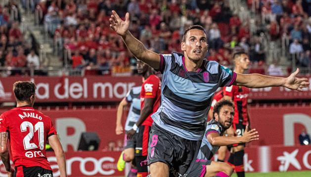 Fede San Emeterio, autor del gol del empate del Granada en Son Moix, celebra el tanto.