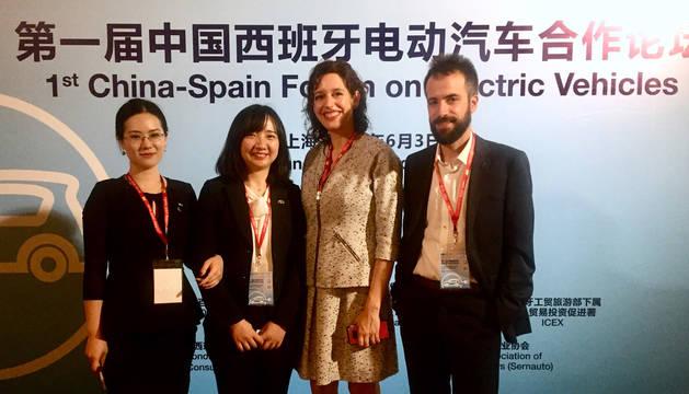 foto de Isabel Carrilero, responsable de la plataforma NaVEAC (Sodena); e Iñaki Arregui, responsable del área de Mecánica de NAITEC, con dos representantes chinas.