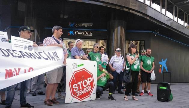 Concentración de la PAH en la puerta de Caixabank en Pamplona.