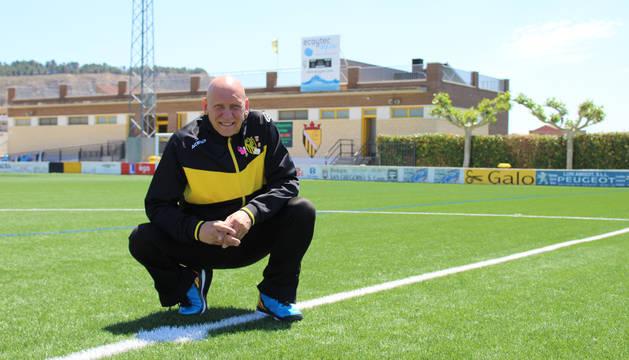 El presidente del Club Deportivo Peña Azagresa, Goyo Regaira, posa en el centro del césped del campo Miguel Sola de Azagra.