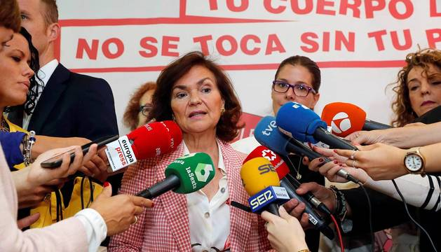 La vicepresidenta del gobierno Carmen Calvo, realiza declaraciones durante su visita al Centro de Igualdad en la localidad madrileña de Móstoles.