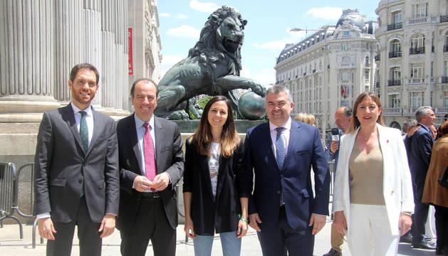 Los 5 diputados por Navarra. Por la izda: Sergio Sayas (N+), Carlos García Adanero (N+), Ione Belarra (Podemos), Santos Cerdán (PSN) y Conchi Ruiz (PSN), en Madrid.