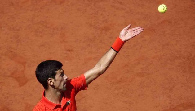 Foto del tenista serbio Novak Djokovic, durante el partido de cuartos de final de Roland Garros contra el alemán Alexander Zverev.