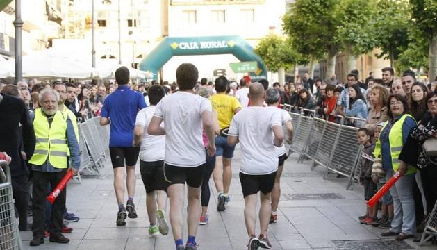 Un grupo de corredores, a su paso el pasado año por una concurrida Plaza del Castillo.