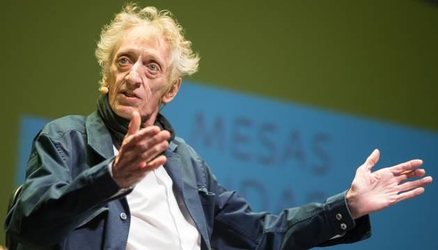 Foto del humorista y actor Enrique San Francisco, durante la presentación ayer de su docureality en el Teatro Gaztambide de Tudela.