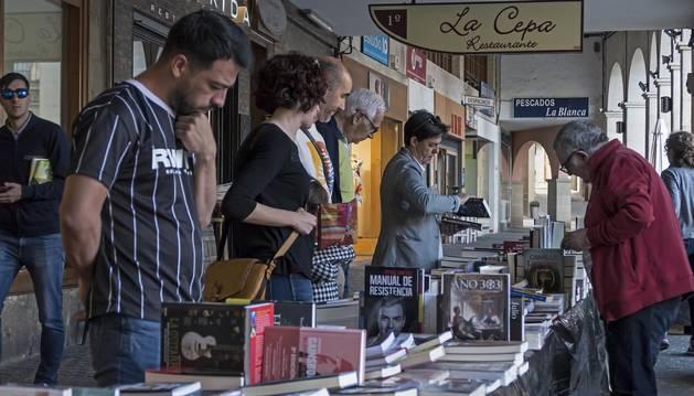 Visitantes en la feria del libro, este viernes por la tarde en la plaza de los Fueros de Estella.