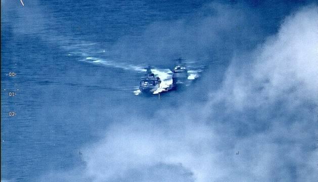 Imagen que muestra un crucero Chancellorsville de la marina estadounidense con misiles dirigidos (d) que se ve forzado a maniobrar para no colisionar con el destructor de la marina rusa Almirante Vinogradov, de clase Udaloy, este viernes en el Mar de Filipinas.
