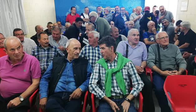 Un momento de la asamblea del Izarra, donde se anunció la permanencia del equipo por quinta temporada en Segunda B.
