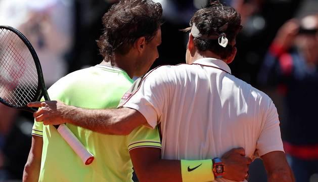 Federer felicita a Nadal tras el partido.