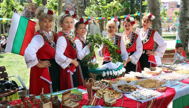 Miembros del grupo de danza Orfey Bulgaria, instantes antes de subir al escenario.