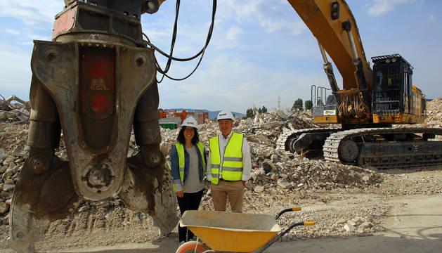 Foto de Lidia Úcar y Félix Azcona, jefa de obra y presidente, respectivamente, de Erri Berri, entre los escombros de Súper Ser.