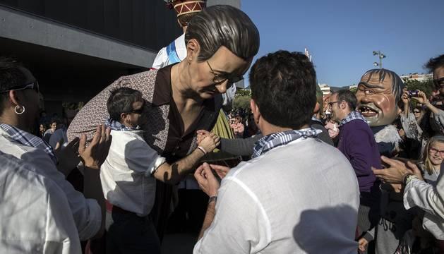 Fotos del chupinazo que da comienzo a las fiestas de Sarriguren a cargo de la Comparsa de Gigantes, cuyos representantes fueron los encargados de encender la mecha del cohete.