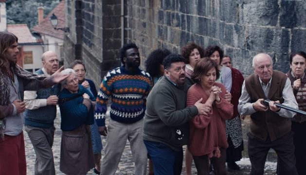 foto de Jon Kortajarena, Malcolm T. Sitté, Pepón Nieto, Carmen Machi y Txema Blasco, entre otros, en la película.