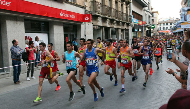 Los alrededor de 650 atletas que participaron en las pruebas recorren la calle Gaztambide-Carrera, tras tomar la salida.