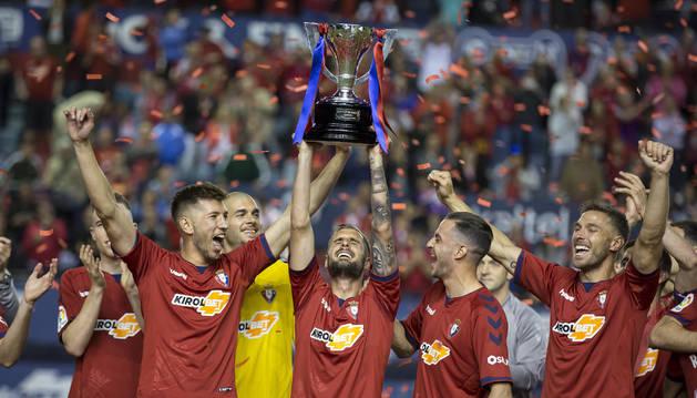 Fran Mérida levanta el título emocionado rodeado de sus compañeros. En primer término, David García, Juan Villar y Xisco.