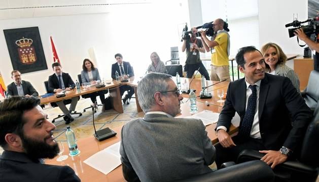 Ignacio Aguado (2d), junto al secretario general de Ciudadanos, José Manuel Villegas (2i), durante la reunión que mantuvo su formación con el Partido Popular