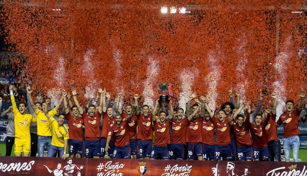 La plantilla de Osasuna, con la copa de campeón de Segunda.